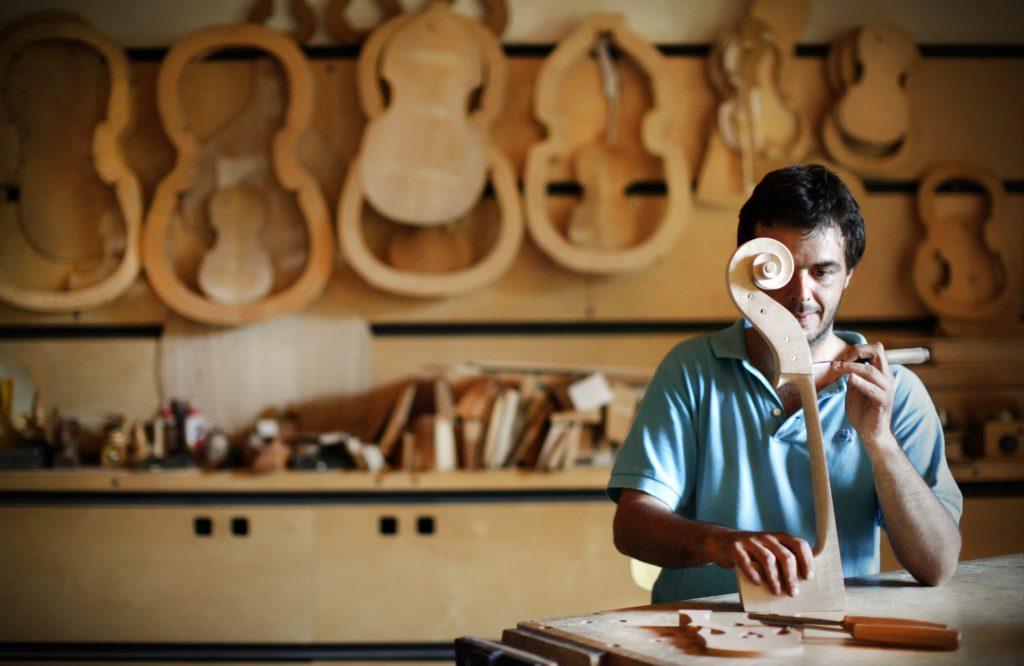Artigiano costruisce un violoncello